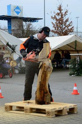 auf dem Weihnachtsmarkt der Fa. Gübau in Wolfsburg. Diese Figur wurde im Anschluß versteigert und der Erlös ging an die Villa Bunterkunt des Krankenhauses in Wolfsburg