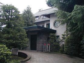 門をこぐって奥へ奥へと入ったところに旧細川侯爵家の洋館のお屋敷がありました。