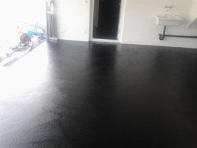Garage mit Hartbetonbelag schwarz eingefärbt versiegelt zur besseren Reinigungsfähikeit.