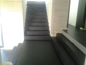 Ganzes Haus inklusive Treppenstirnen und Auftritte schwarzeingefärbt versiegelt.