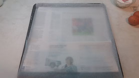 Auf das Backblech ein Blatt Zeitungspapier und darauf das Backpapier legen