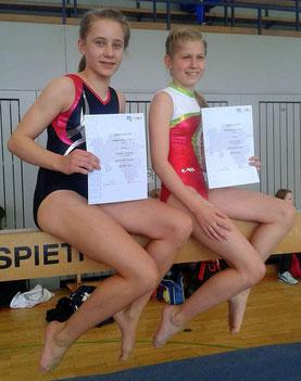 Carlotta Sandvoss (rechts) und Lena Schmidt(links) halten mit Freude ihre Urkunden in der Hand.