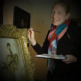 Silvia Behle aus Willingen während der Retusche an einem Gemälde von Friedrich August von Kaulbach im Schreiberschen Haus in Bad Arolsen