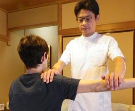 写真:三角筋の筋力検査
