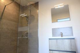salle de bain avec douche à l'italienne et ensemble meuble simple vasque miroir