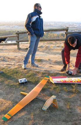 prototype du planeur coquillaj Aeromod orange et vert posé dans l'herbe