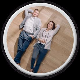 Runder Button für Wohntyp herauzufinden mit Päärchen auf Fußboden.