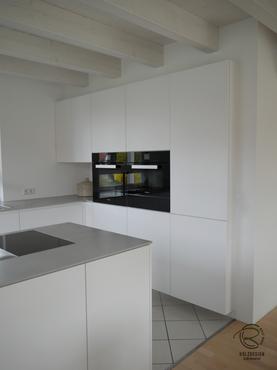 Eingekofferter in Wand integrierter, griffloser Küchenhochschrank in weiß matt u. Falttürenschrank im Eck mit offener Nische für Design Küche mit Kochinsel