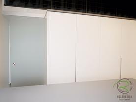 Satinierte Glasschiebetür in Ankleide nach Maß, in matt weiß