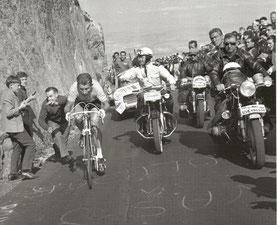 Anquetil en perdition est poussé par un spectateur.