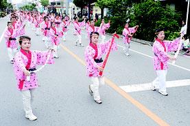 市婦人連合会による踊り=5日、新川小付近
