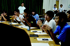 島出身で帰省中の高校生がインターネット授業を体験した=23日、与那国中学校
