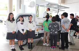 生徒らによる焼き菓子などの販売が行われた=1日、八重山商工高校