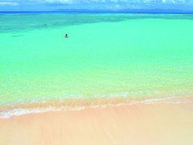 「トリップアドバイザー」で日本のベストビーチ第1位に選ばれた波照間島のニシ浜ビーチ(八重山ビジターズビューロー提供)