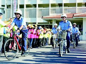 八重山署自転車パトロール隊出発式が開かれ関係者らに見送られ出発するパトロール隊=16日夕、八重山警察署