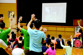 稚内養護学校の生徒らに手を振る生徒たち=21日、八重山特別支援学校