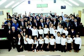 西表島の小学生が竹富町議会議場で提言を行った=8日、同議場