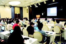 東アジア若手天文学者国際会議が開かれ、発表する主催者の市川幸平さん=14日午前、アートホテル石垣八重山の間