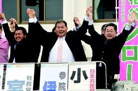 街頭演説した宮良氏(中央)、花谷氏(左)と小池氏=24日、JAおきなわ八重山支店石垣前