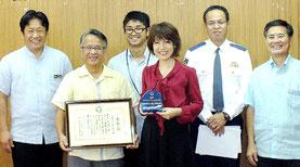 受賞を報告した八島小の吉濱校長、大道PTA会長(中央前列)=市役所