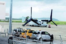 9月29日から4日まで駐機が続いたオスプレイ1機。米軍関係者が修理している姿が見られた=4日、石垣空港