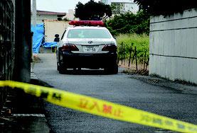 真栄里の殺人事件で特別捜査本部の設置が決まった=6日午前、市内真栄里の事件現場付近