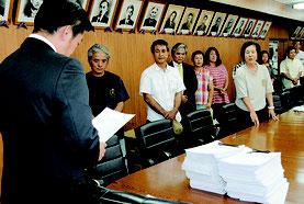 石垣島への陸自配備に反対する署名と要請書を中山市長に提出する「石垣島に軍事基地をつくらせない市民連絡会」メンバー=19日午後、市役所