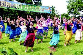 クムフラによるワークショップでフラダンスを踊る参加者の皆さん=15日午後、石垣やいま村
