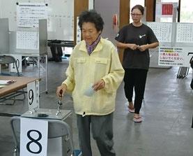 竹富町で繰り上げ投票が行われた=21日午前、竹富島まちなみ館