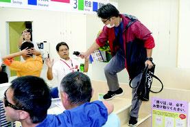 石垣新栄郵便局で強盗対策訓練が行われた=17日午後