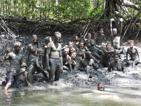 Schlammschlacht in den Mangroven: Wie Wattwandern, nur wärmer und alberner!  ;-)