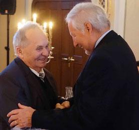 Der Präsident des Kanuverbandes Aumayr gratuliert Wolfram Steinwendtner (re.)