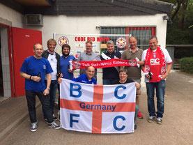 Einige Menschen hinter der BCFC-Fahne.
