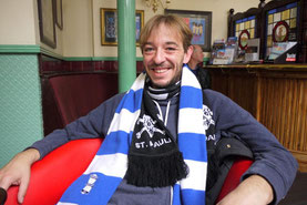 Mark mit Fanschals von Birmingham City und des FC St. Pauli