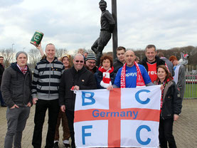 Fußballfans vor dem Toni Turek-Denkmal in Düsseldorf.