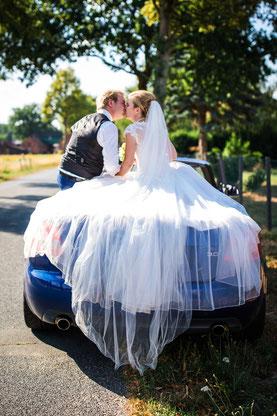 Brautpaar beim Shooting auf dem Cabrio - Hochzeitsbild bei Uelzen von FOTOFECHNER
