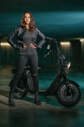 Elektro Harley City Coco Cruiser Moped mit Modell Aisha Shooting E-Scooter
