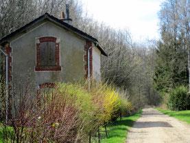 La gare et ce qui fut la voie ferrée.