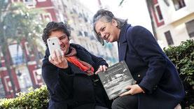 Imagen de las dos valencianas haciéndose un selfie - EFE