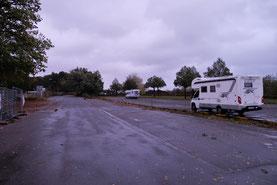 Später stellt sich dann noch ein anderes Womo auf den grossen Parkplatz neben der Elbe in Wedel