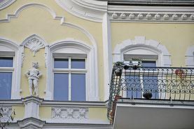 """Ritter an der Winsstraße. Knut Elstermann nannte das Haus, als er ein Kind war und hier lebte, das """"Ritterhaus"""". Fotos (3): al"""
