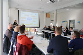 """Saskia Pape, Projektleiterin der Kampagne """"Sonnenzeit - jetzt auf Zukunft setzen!"""", begrüßt die Akteure zum 3. Fachforum Solarenergie"""