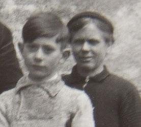 """la """"Mamé"""" en arrière-plan et l'un de ses deux fils : Jean (mon oncle)"""