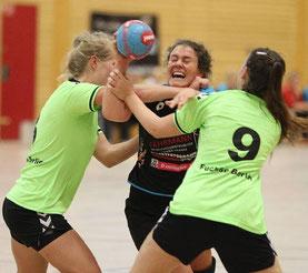 Hatte einen schweren Stand: Die Angermünderin Karolin Köder (M.) war stärkste Spielerin ihrer Mannschaft, wurde aber immer wieder von den Hauptstädterinnen hart attackiert. Am Ende unterlag der HCA mit 21:27. © CAROLA VOIGT
