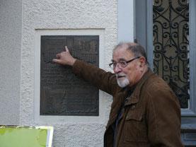 Hartmut Hosenfeld an der Gedenktafel Im Hohl in Attendorn