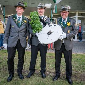 Jubiläums-Schützenkönig Karl-Heinz Främbs mit Adjutant und Bruder Holger Främbs und Oberst Peter Rötschke