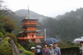 青岸渡寺を背に那智の滝を望む