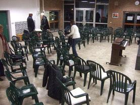 Die Stühle für die erste Probe werden aufgestellt. Foto: HPD