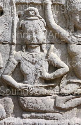 La chanteuse et joueuse de racle de Banteay Chhmar.