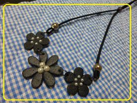 革のお花ネックレス